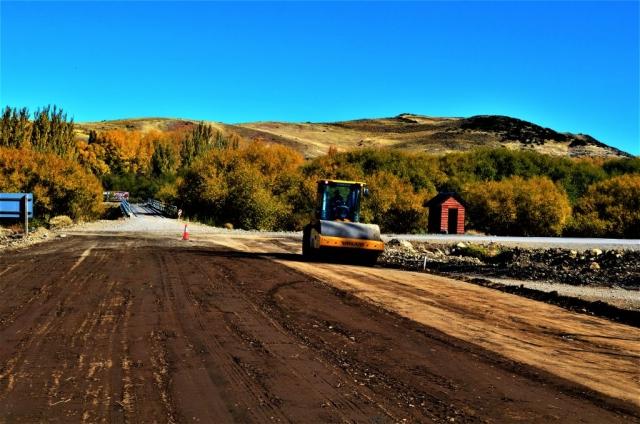 Equipo trabajando en ensanchamiento de zona de camino en intersección de rutas provinciales 23 y 60